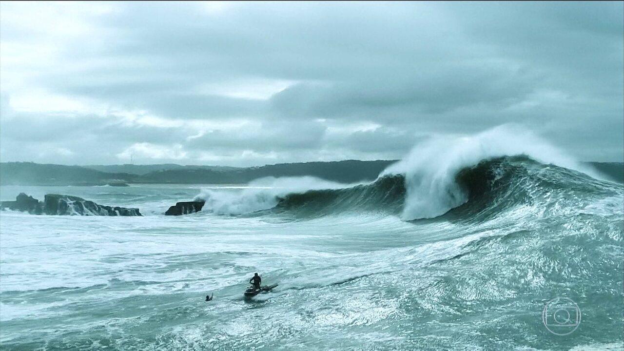 Surfistas desafiam as ondas gigantes no Verão Espetacular