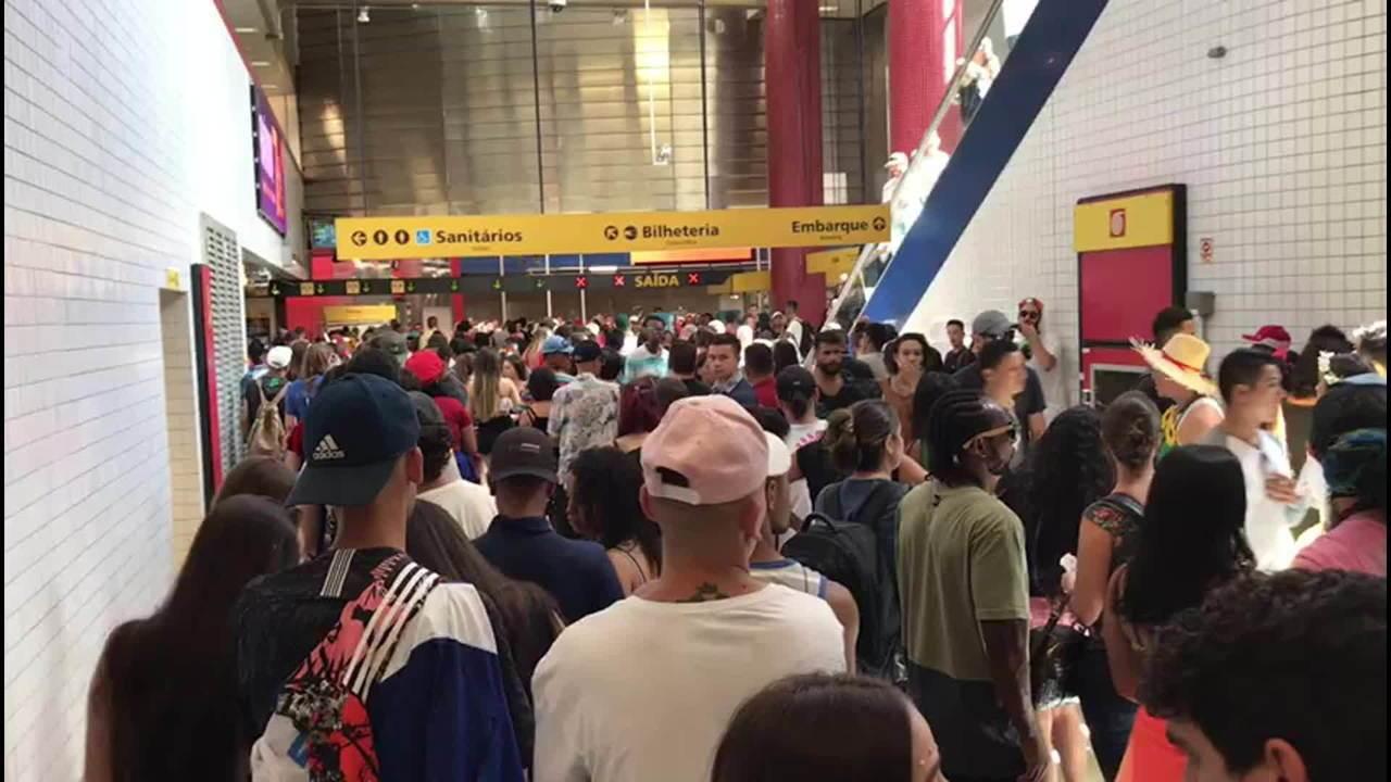 Estação da Linha 4-Amarela do Metrô fica lotada no pré-carnaval de São Paulo