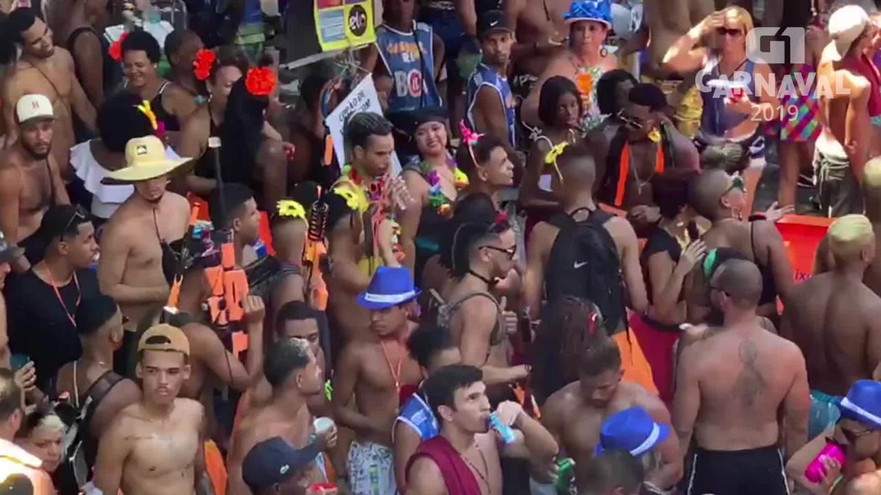 Grupo usa fuzil de brinquedo como parte da fantasia no Rio