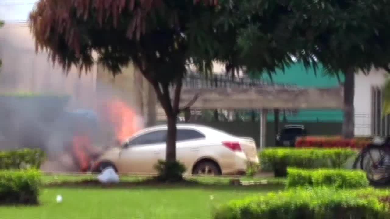 Carro pega fogo na BR-319 em Porto Velho