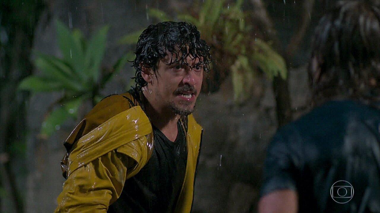 Jerônimo briga com João, que acaba caindo de um barranco