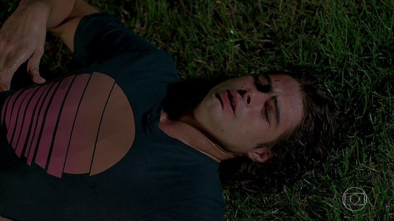 João acorda deitado no deque, com Nicole sem vida a seu lado