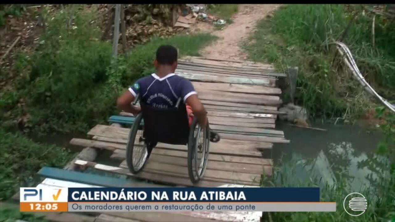 Resultado de imagem para Cadeirante sofre para se locomover em rua sem pavimentação e ponte sobre córrego