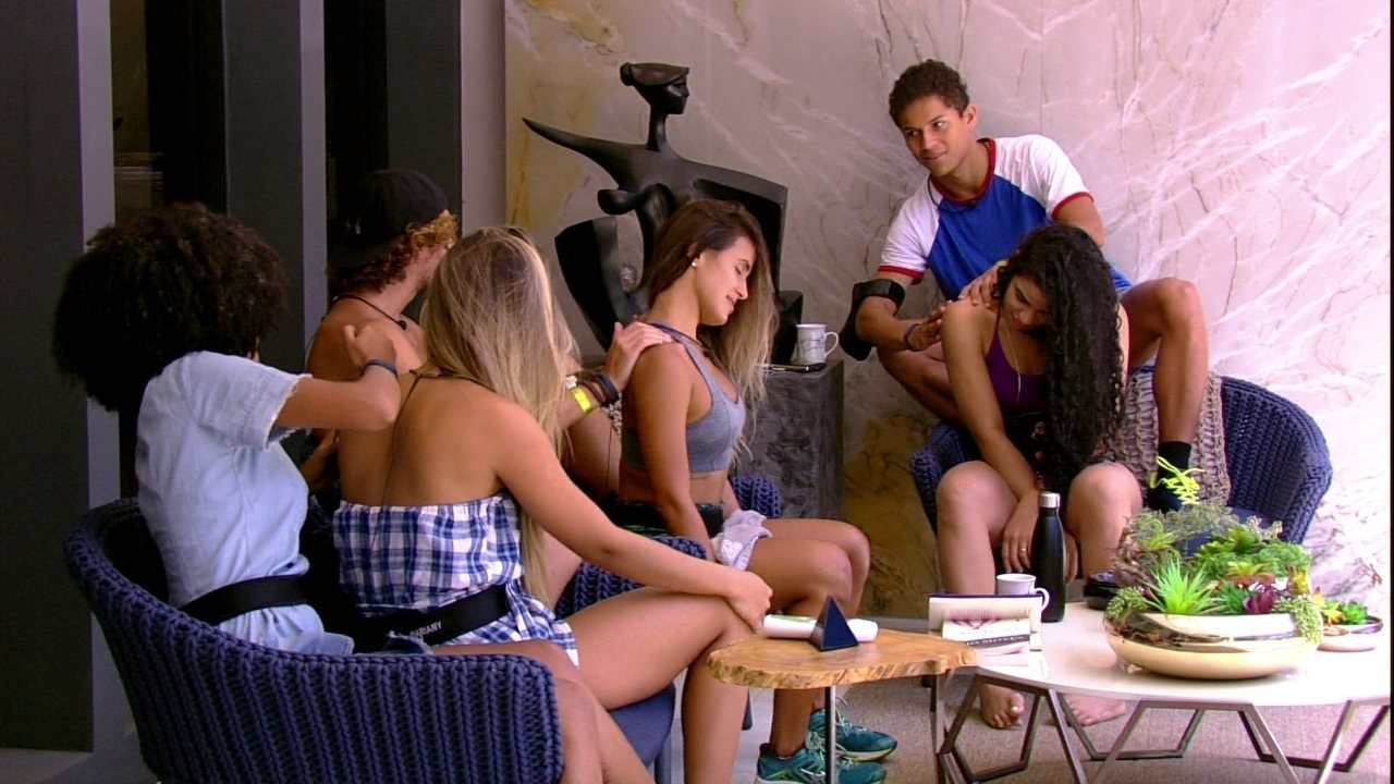 Alan faz massagem em Carolina enquanto Danrley faz em Elana e Gabriela em Hariany