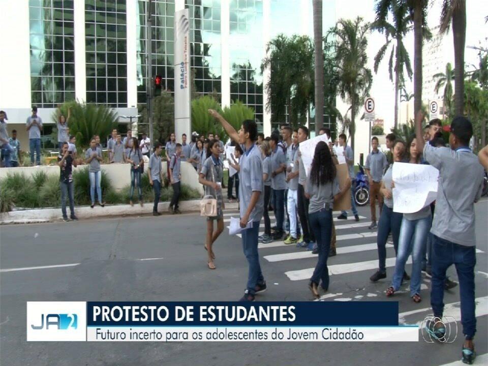 Estudantes protestam contra fim do programa Jovem Cidadão, em Goiás