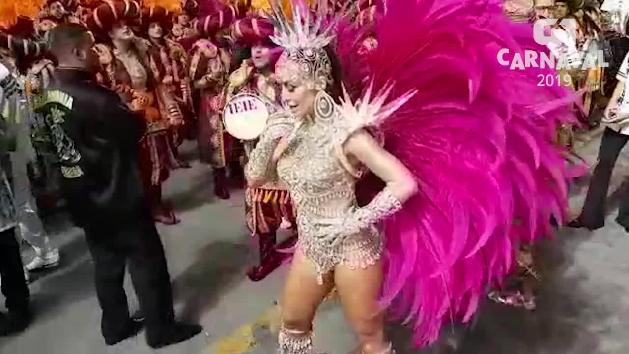 Rainha de bateria da Gaviões da Fiel, Sabrina Sato incia esquenta na avenida