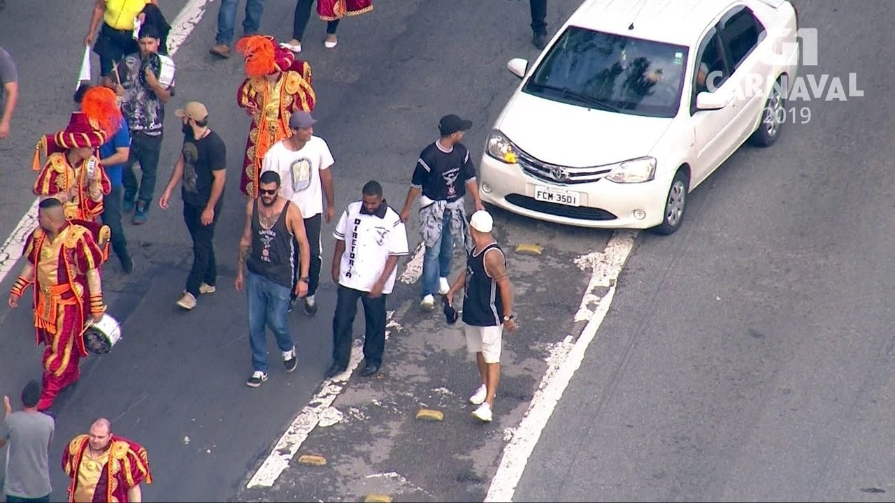 Membros da bateria e passistas da Gaviões da Fiel invadem Marginal Tietê após o desfile