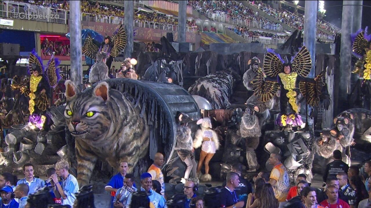 Sete pessoas dão movimento a gato gigante em carro alegórico da Beija-Flor