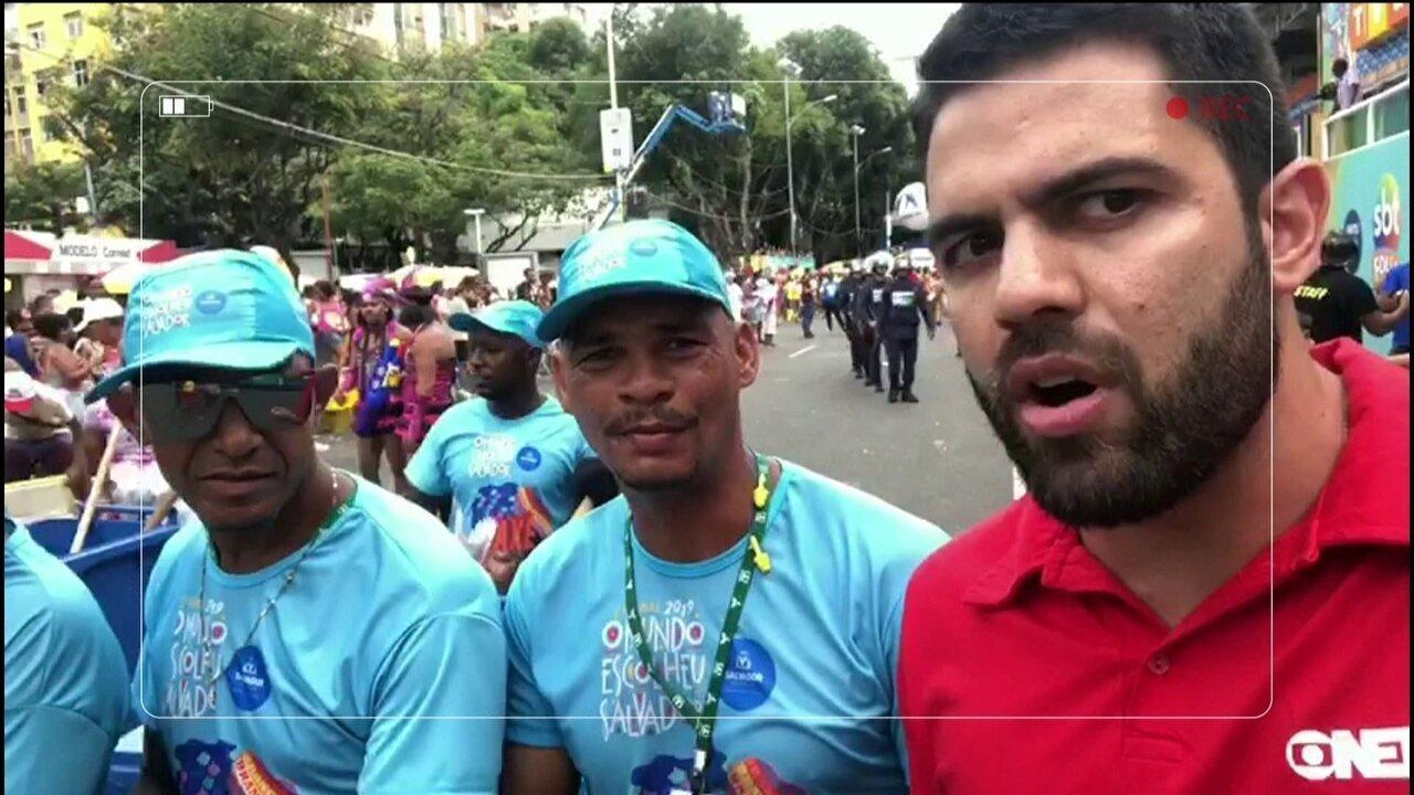 Repórter Folião Alexandre Gasperoni se diverte pelas ruas de Salvador