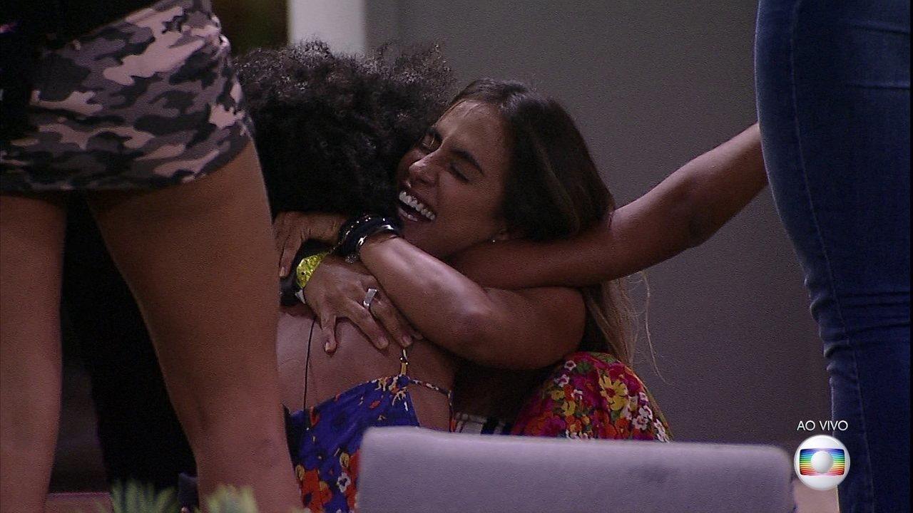 Gabriela volta para a casa e é recebida com gritos e choros