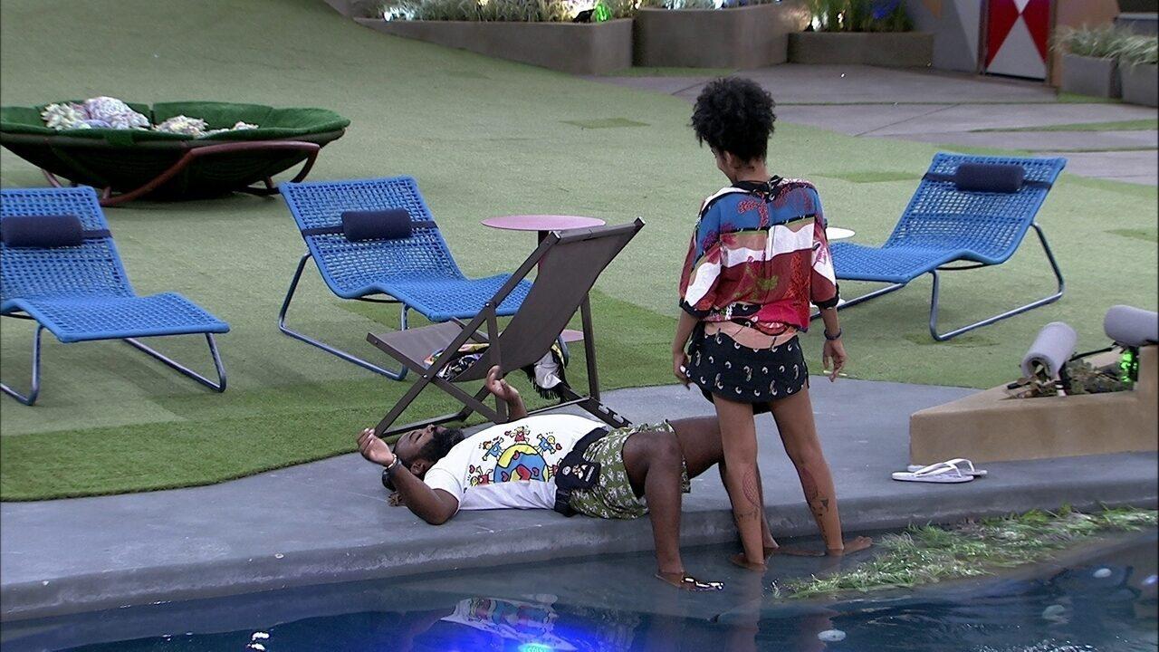 Enquanto sisters cantam, Rodrigo deita na área da piscina