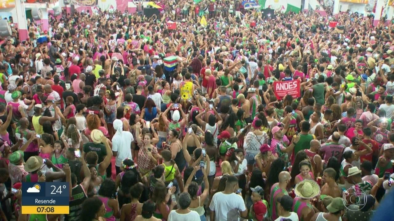 Integrantes e comunidade comemoram vitória da Estação Primeira de Mangueira
