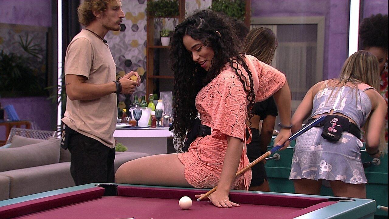 Elana sobe na mesa de sinuca para fazer jogada
