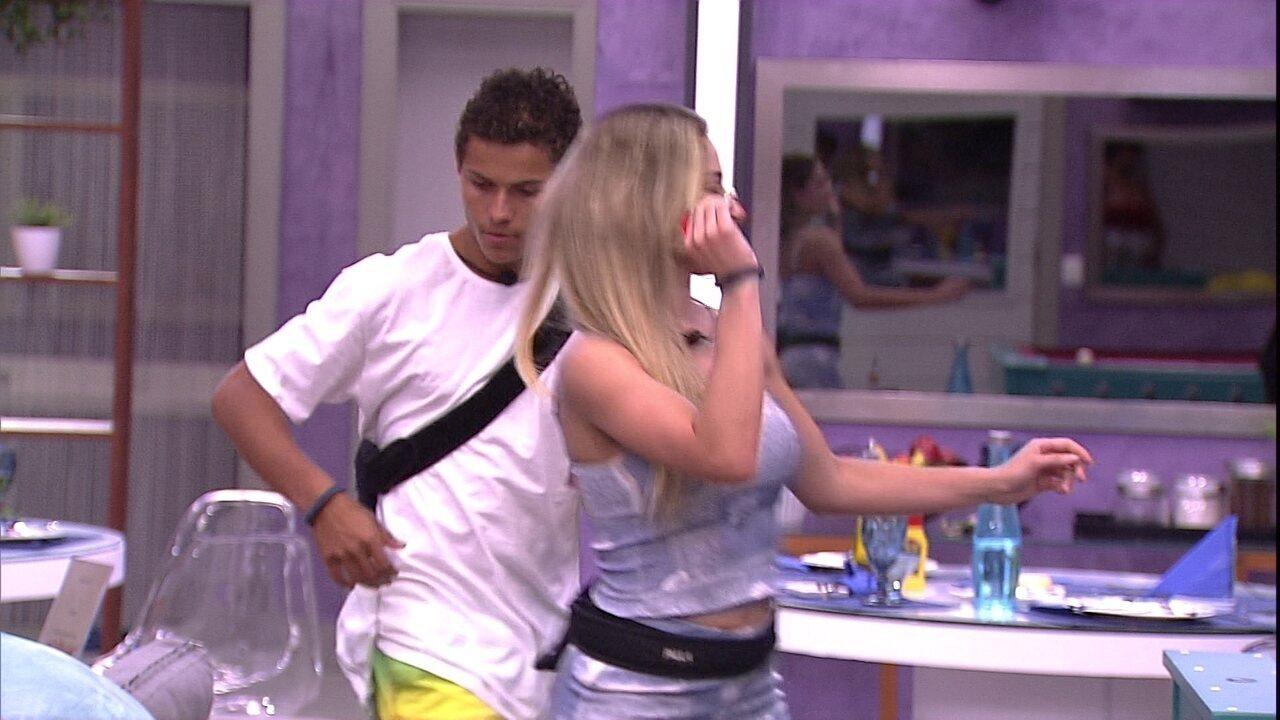 Danrley e Paula jogam dardos no segundo andar