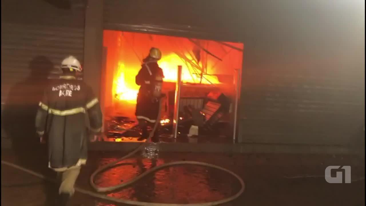 Incêndio de grandes proporções destrói lojas no Centro de Rio Branco