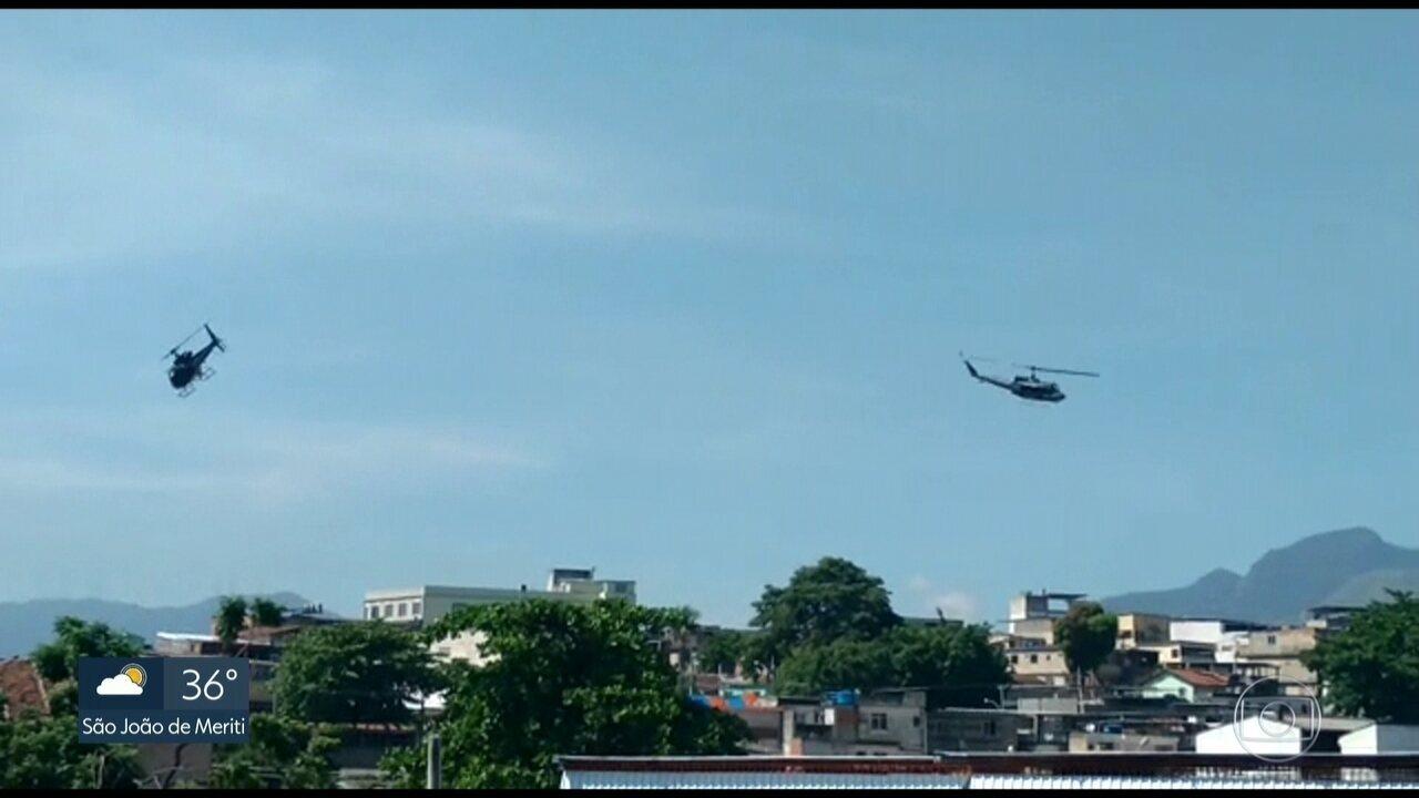 Moradores do Complexo do Alemão dizem que helicópteros da polícia atiraram do alto