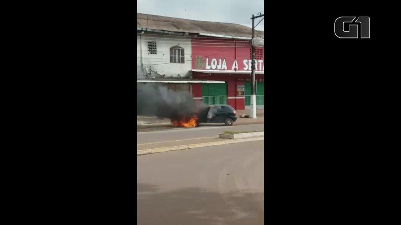 Vídeo mostra veículo pegando fogo em frente a panificadora em Santana