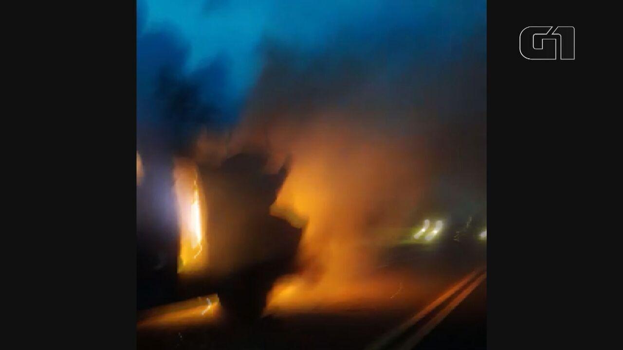 Assaltantes explodem carro-forte em São Carlos