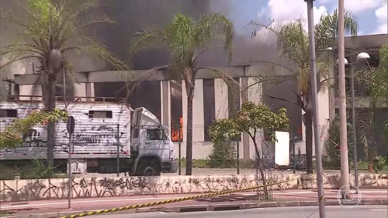 Fogo destrói a empresa Ematex, em Belo Horizonte