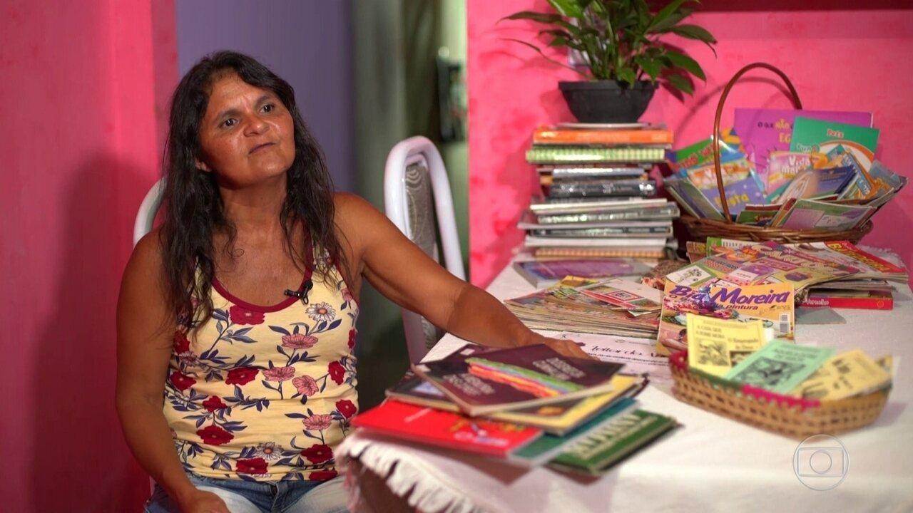 Catadora de lixo resgata livros para ler com a filha