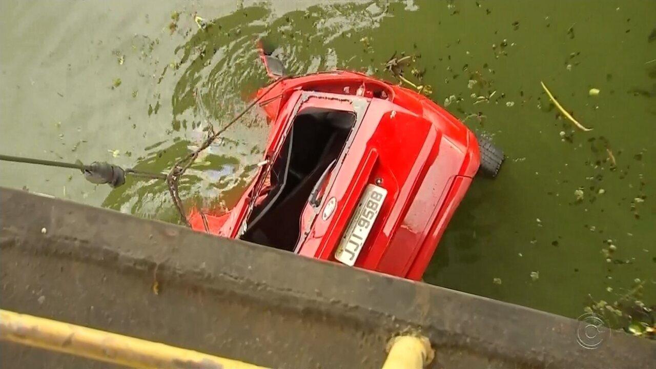 Bombeiros encontram corpos de ocupantes de carro que caiu no Rio Tietê