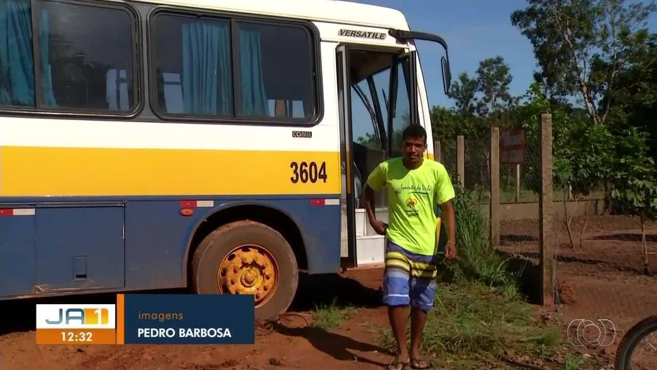Ônibus escolar fica atolado pela segunda vez em 2019 por causa de lama