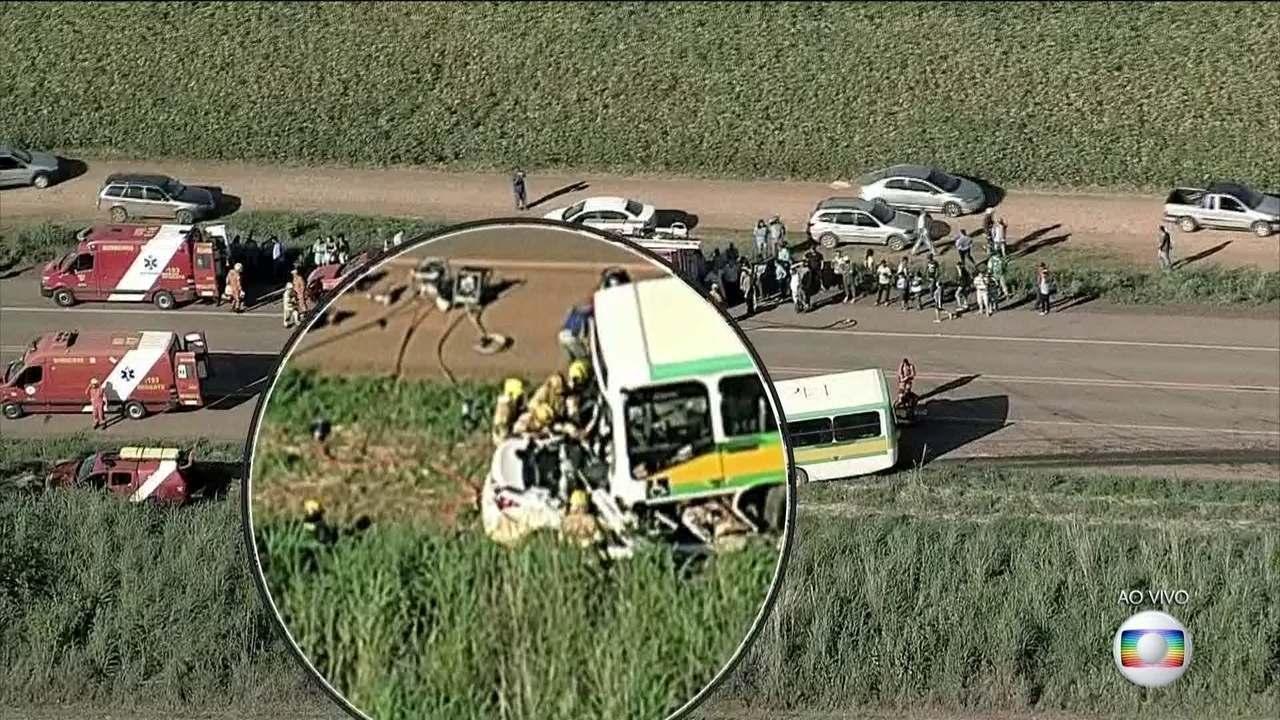 Duas pessoas morrem em acidente entre um ônibus escolar e um carro no DF