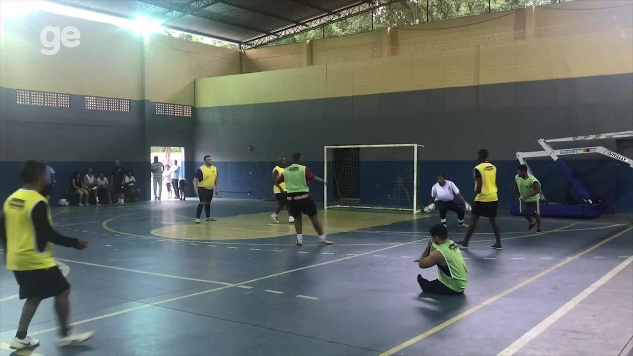 Júlio Braz, do rugby em cadeira de rodas, joga futebol com amigos