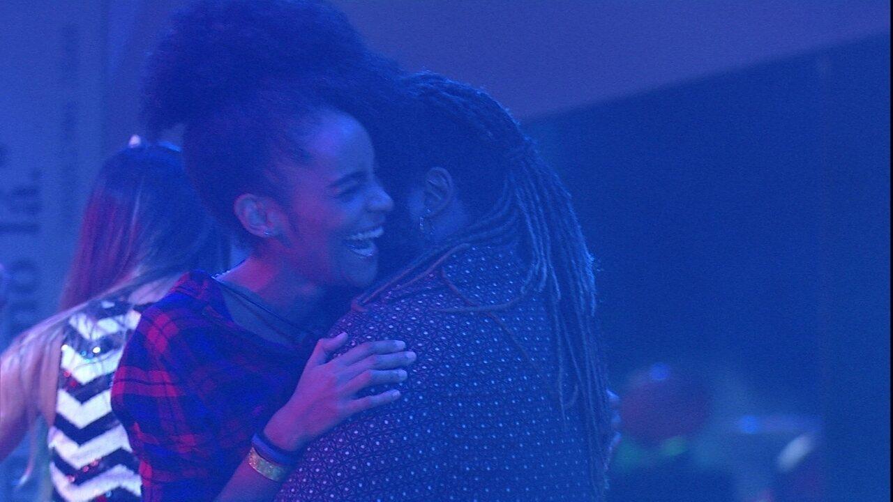 Gabriela e Rodrigo sensualizam na pista de dança da Festa Prensa