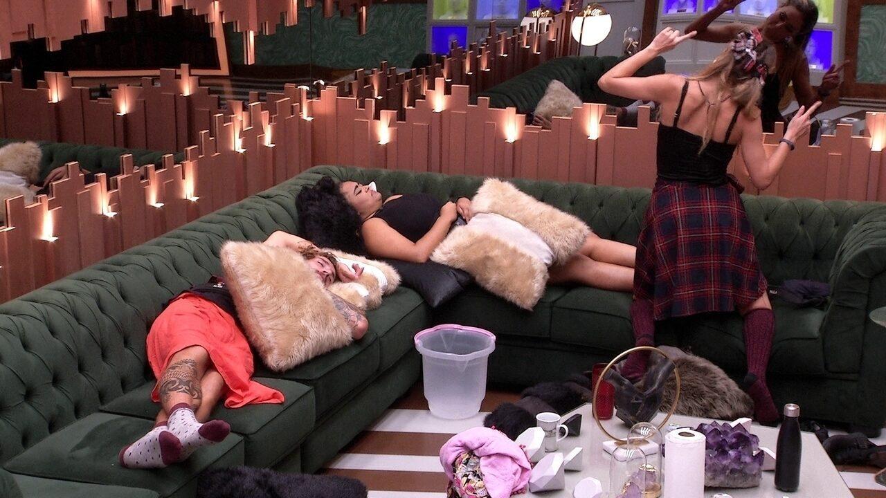 Paula sensualiza em cima de Rízia na sala do BBB