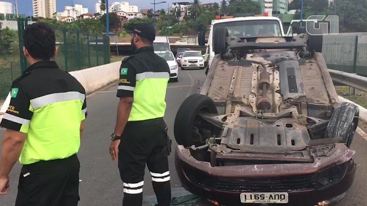 Acidente deixa uma pessoa ferida na Avenida Bonocô, em Salvador