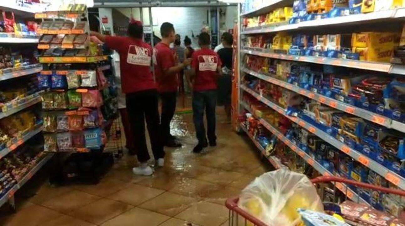Chuva forte deixa ruas alagadas e invade supermercado em Tupã
