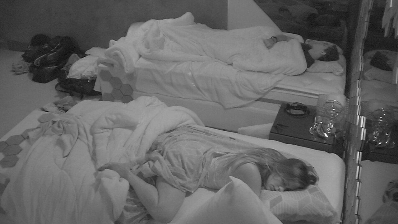 Todos os confinados dormem no primeiro dia da liderança de Gabriela