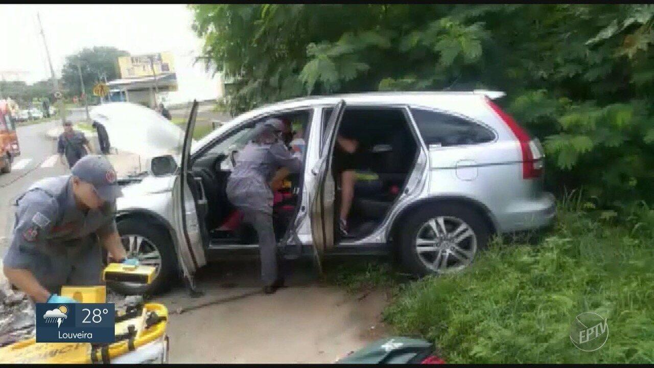 Motorista perde controle do carro em rotatória e bate em poste, em Piracicaba