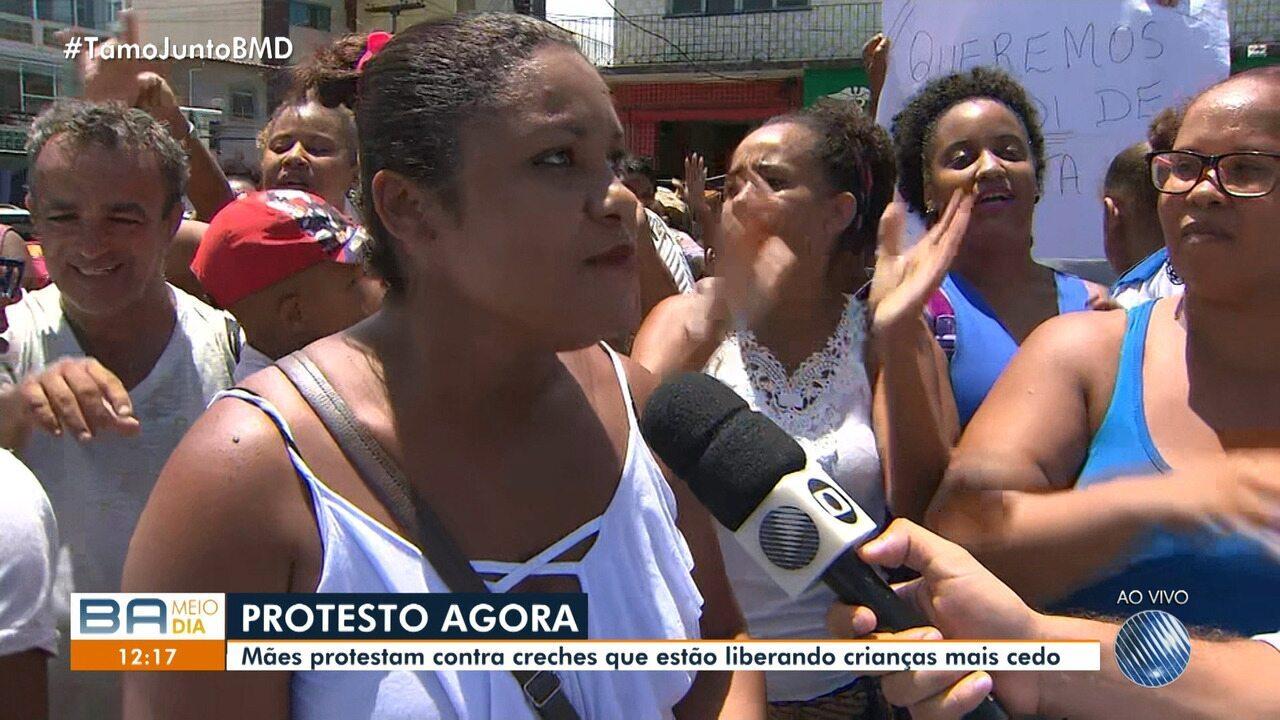 Mães protestam contra creches que estão liberando crianças mais cedo