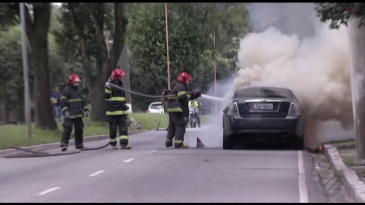 Carro pega fogo na na avenida Marechal Hermes, em Belém