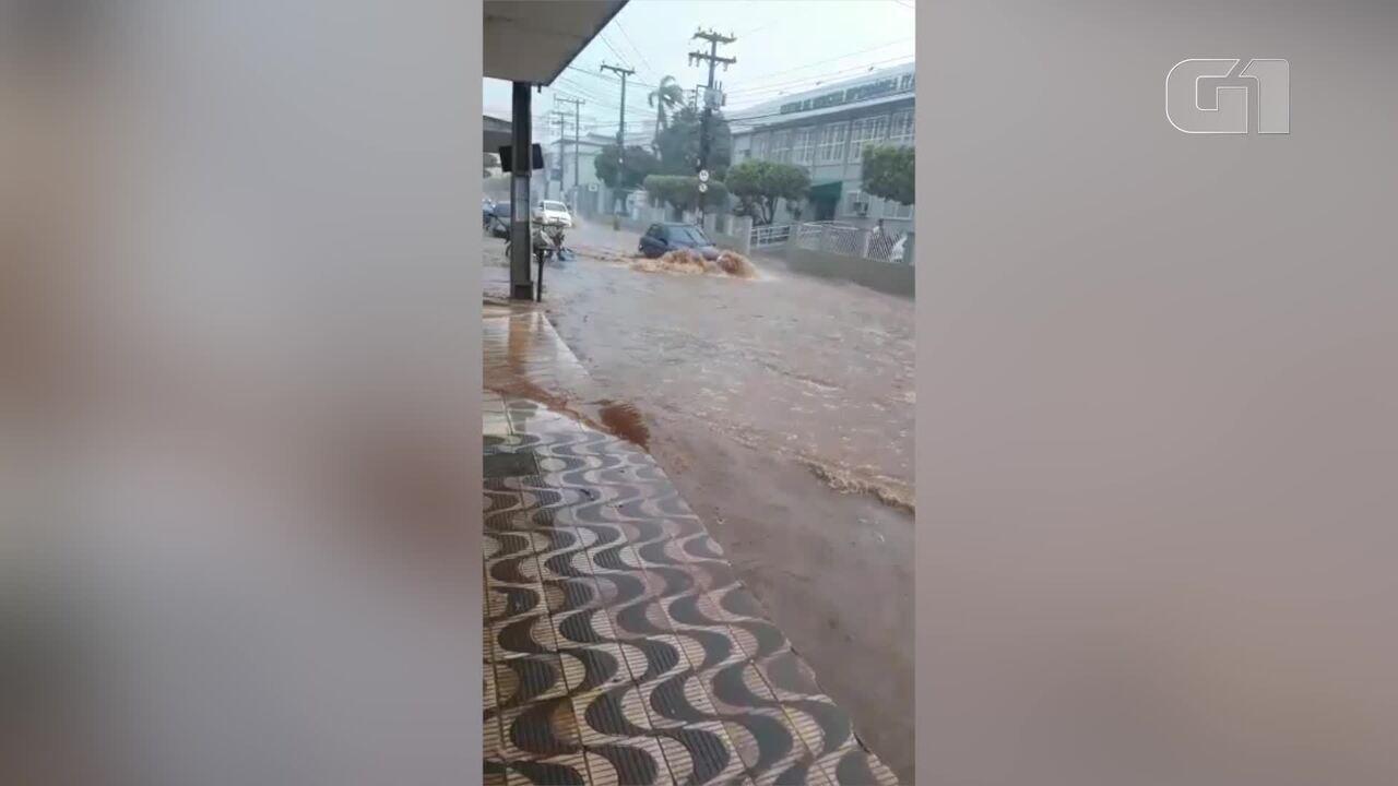 Temporal deixa ruas alagadas em Itaperuna, no RJ