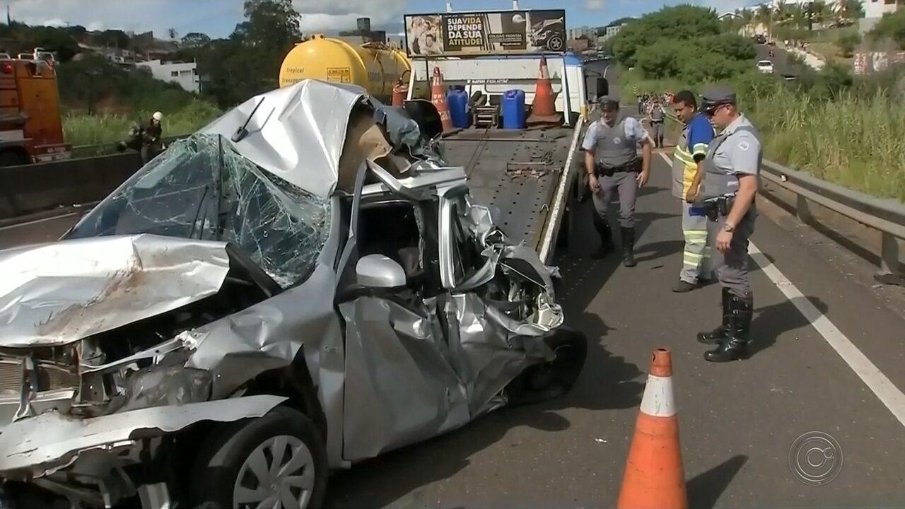 Engavetamento com quatro veículos deixa feridos em rodovia de Marília