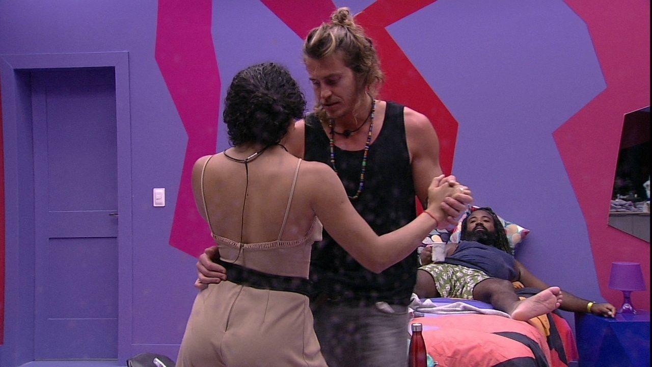 Elana e Alberto dançam forró no Quarto Diamante