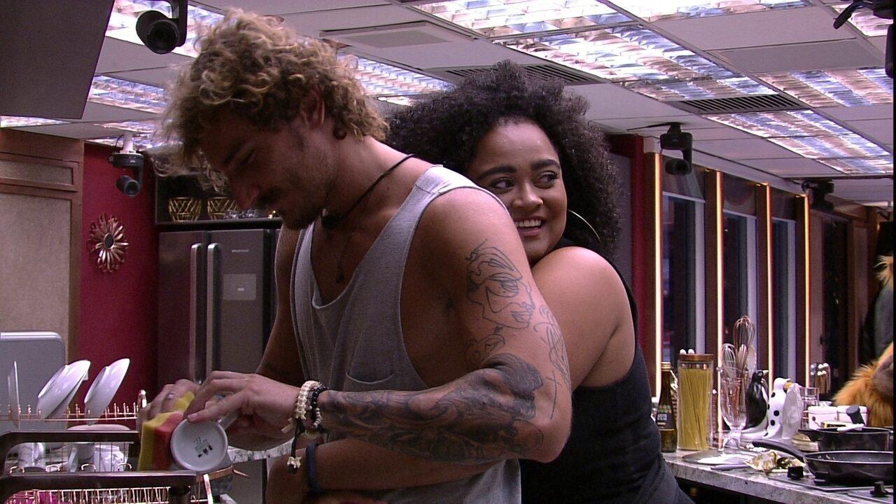 Rízia abraça Alan, que não corresponde, e é elogiado: 'Você é a coisa mais linda'