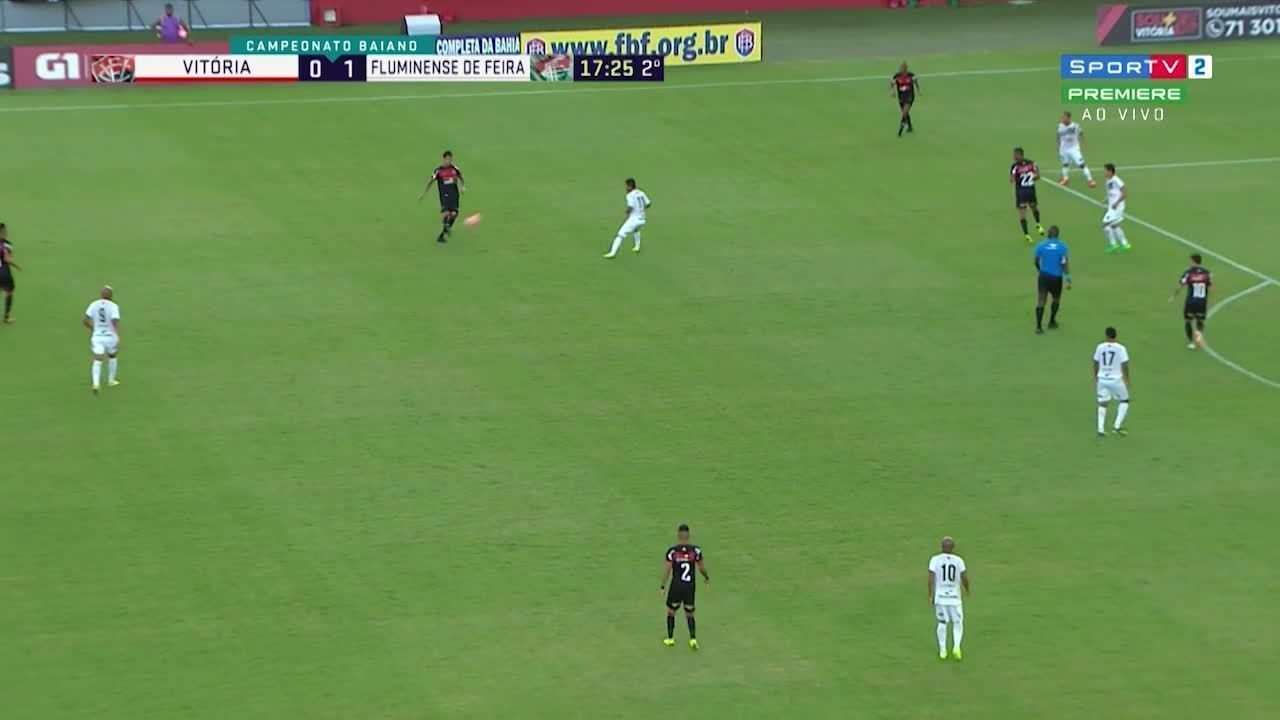 Victor Ramos faz cruzamento, Neto Baiano cabeceia e goleiro do Flu faz linda defesa