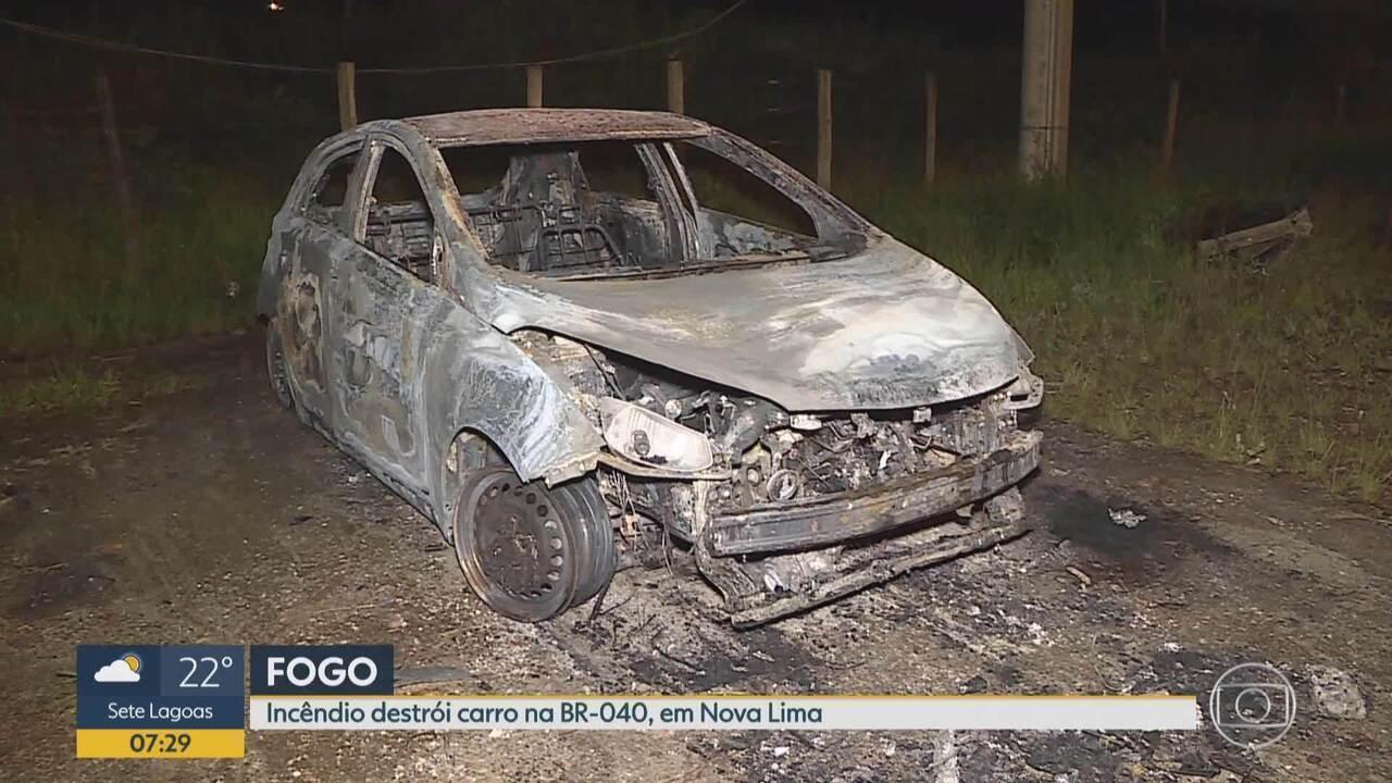Carro clonado é destruído por incêndio na BR-040, em Nova Lima