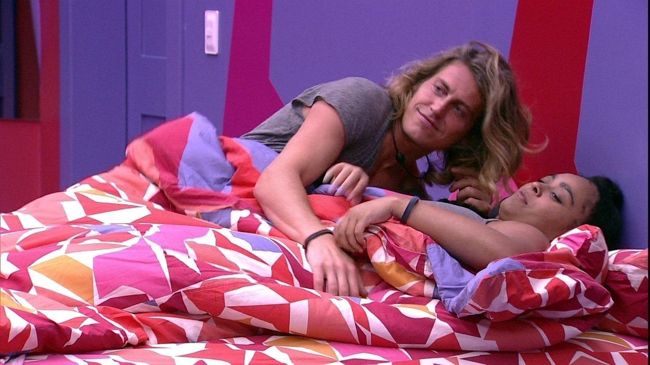 Após Rízia deitar com Alberto, Hariany fala: 'Eu acho que você não aguenta ela'