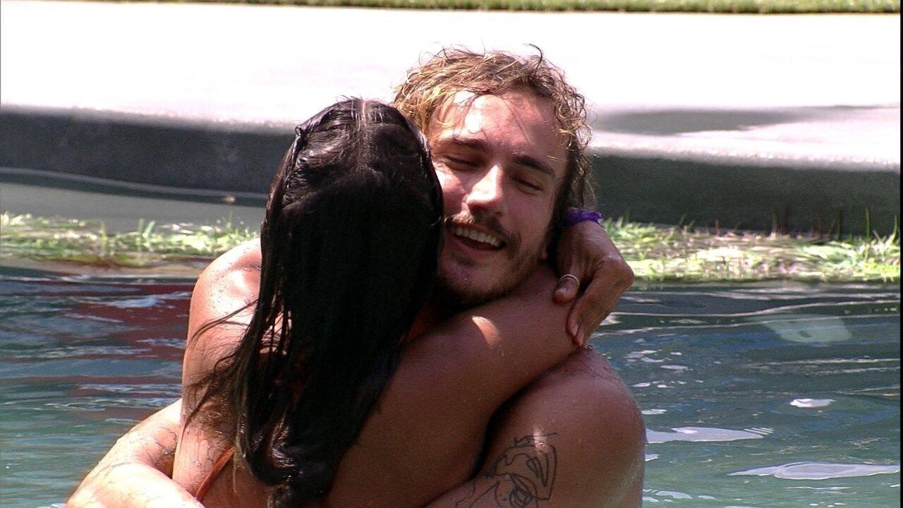 Carolina e Alan dançam abraçados na piscina ao som da música 'É o amor'
