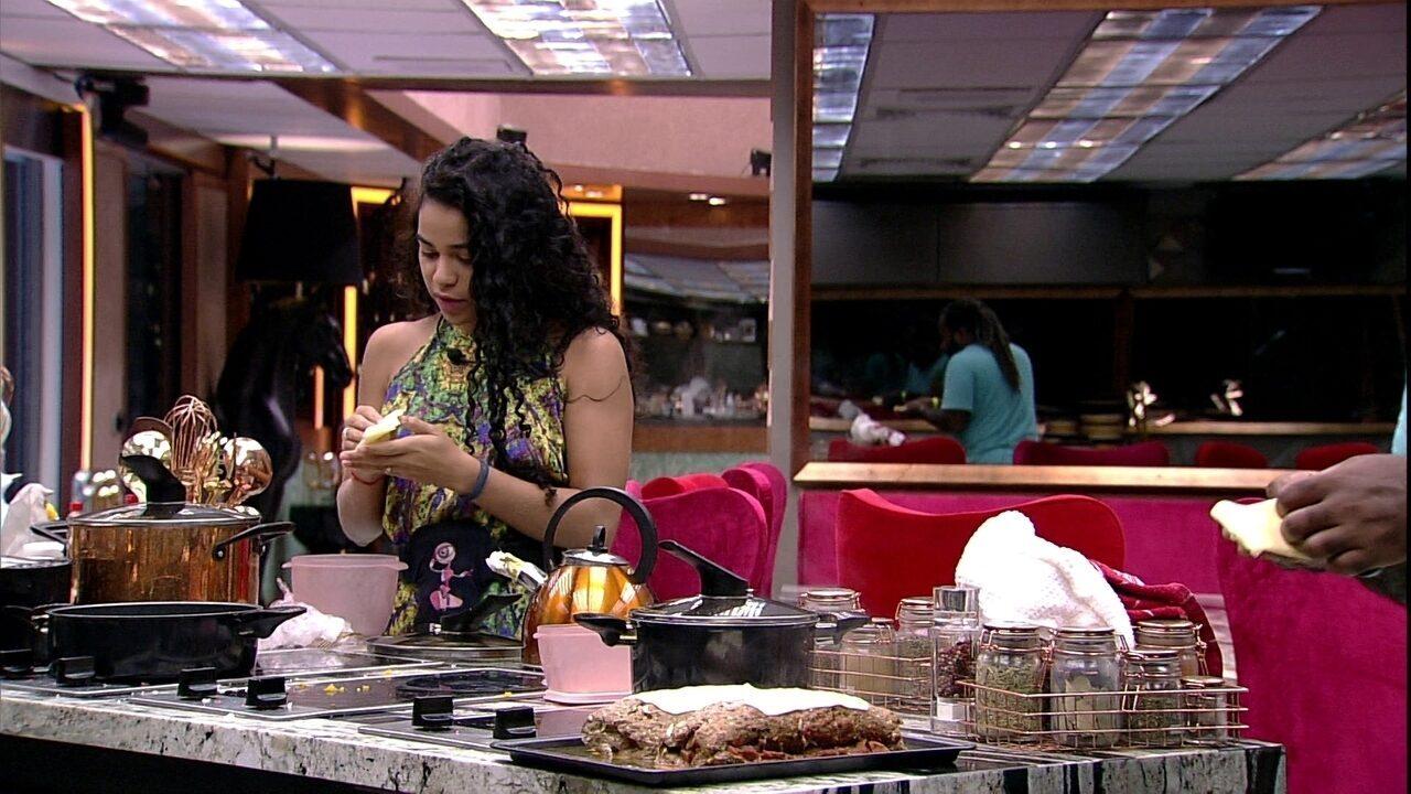 Elana também doa queijo para o roambole de carne feito por Rodrigo