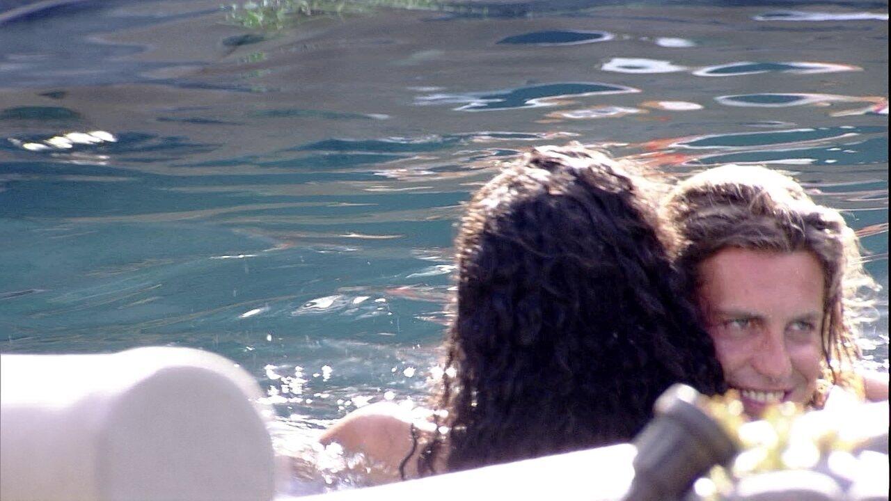 Alberto abraça Elana na piscina