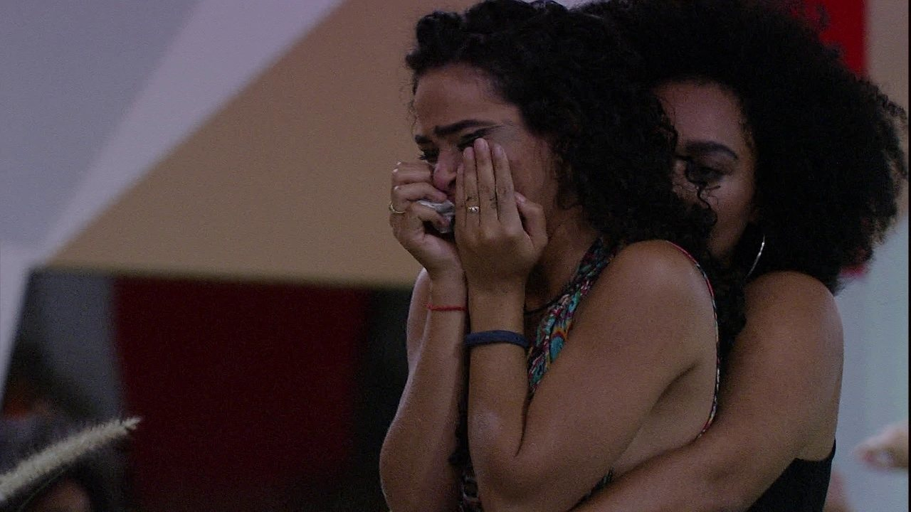 Elana chora muito com a Eliminação de Danrley e Rízia abraça a sister
