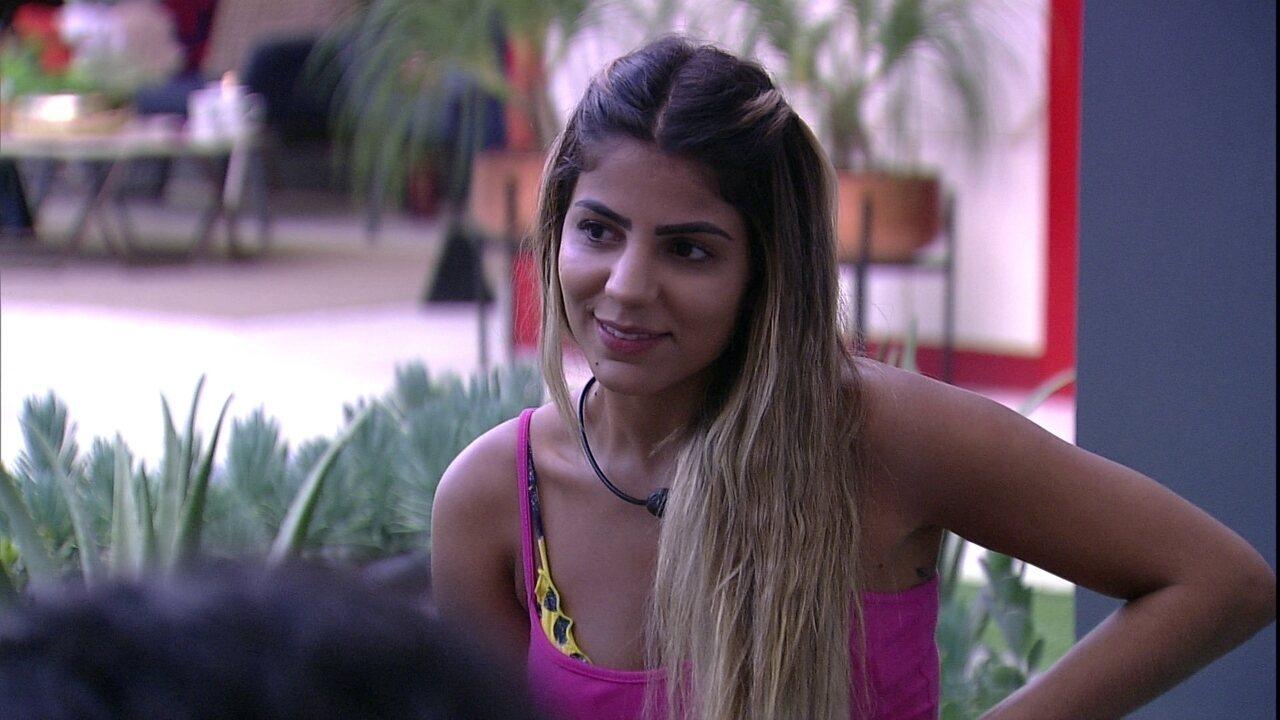 Rízia faz cafuné em Alberto e Hariany brinca: 'Não vai sobrar nenhum fio de cabelo desse'