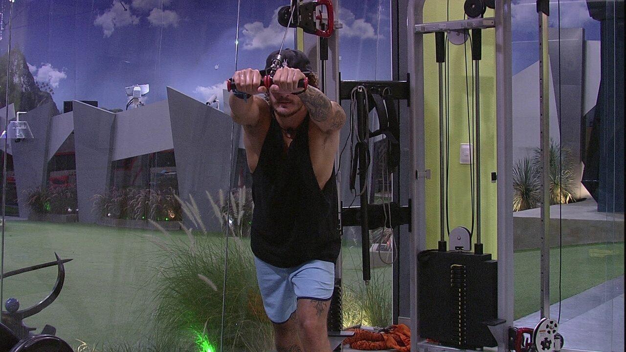 Alan treina sozinho na academia