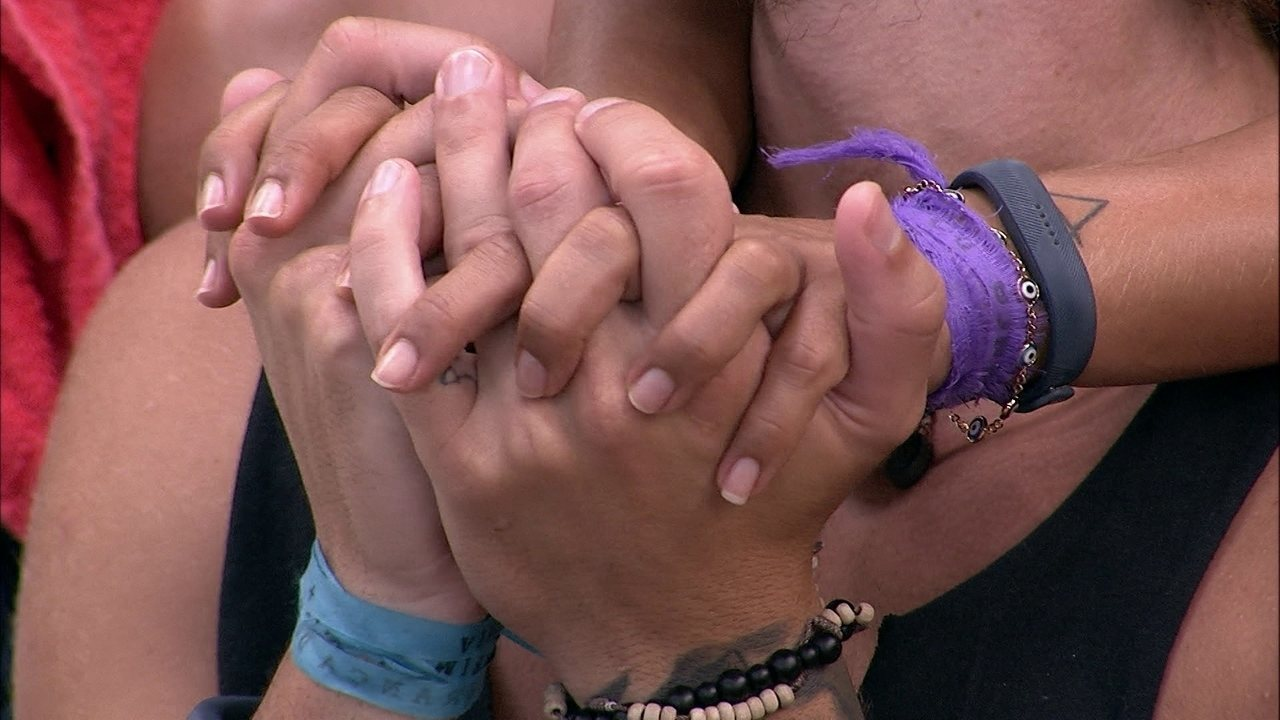 Carolina e Alan ficam abraçados e de mãos dadas na varanda